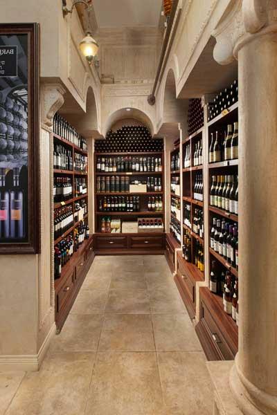 בוטיק יין הרמיטאז עין המפרץ אדריכל מיקלה סימאונה, שימוש בדקורציה לנישות יין, שימוש בסרגלים דקורטיביים, עמודים, כרכובים וכו'.